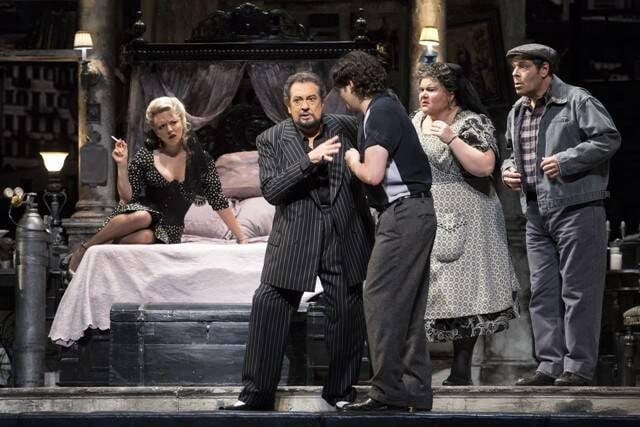 O barítono Vito Priante, no alto; acima, cena da ópera Gianni Schicchi, de Puccini, a primeira regida por Wood Allen / Fotos: Antonio Aragona e divulgação