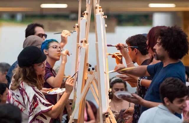 Os pintores da última edição no Rio produzindo novos quadros lado a lado no Art Batlle Brasil / Foto: Clarissa Pivetta