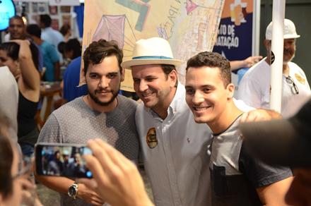 Acima, Lívio Simões e Eduardo Paes (o prefeito do Rio posa com eleitor de Marcelo Freixo); nesta foto, Paes com fãs, no 4º Festival Internacional de cervejas, na Zona Portuária / Foto: reprodução Facebook