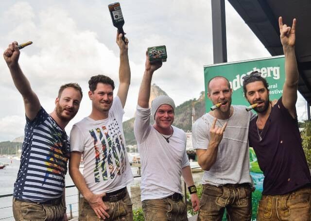 Os rapazes da banda alemã VoXXclub estão visitando pontos turísticos e favelas do Rio / Foto: divulgação