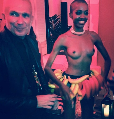 Jean Paul Gaultier e a modelo Maíra, vestida com uma saia de bananas para interpretar Josephine Baker / Foto: reprodução do Facebook