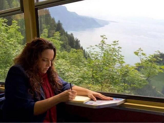 Ana Carolina aproveitando para escrever nos momentos de folga de uma turnê no exterior / Foto: reprodução