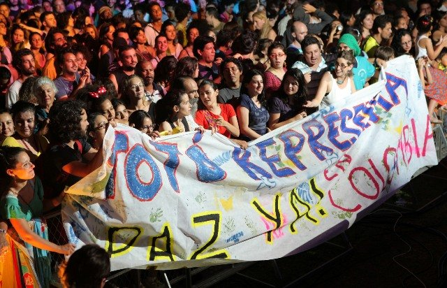No alto, os pianistas portugueses Mário Laginha e Pedro Burmester, em recital na Candelária; em seguida, em sentido horário, Leila Pinheiro e Guinga; Simone Mazzer e Alice Caymmi; Antonio Nóbrega; depois, à esquerda, Mario Lúcio Sousa; ao lado, Totó la Momposina; acima, protesto dos fãs colombianos / Fotos: MIMO Festival