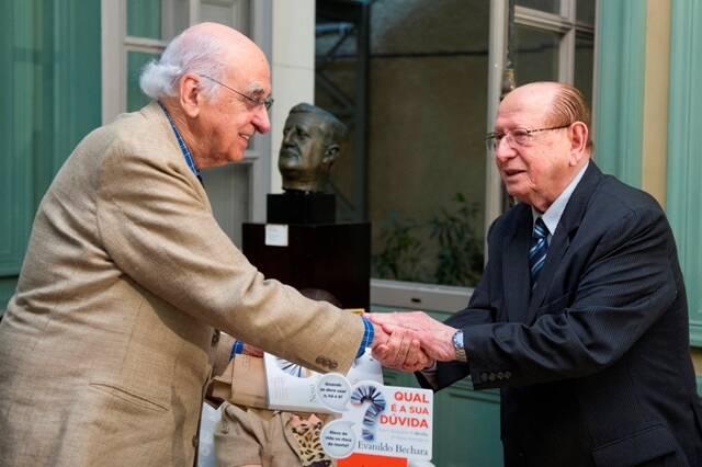 No alto, o professor Evanildo Bechara e Geraldo Carneiro; acima, Zuenir Ventura com o gramático / Fotos: divulgação