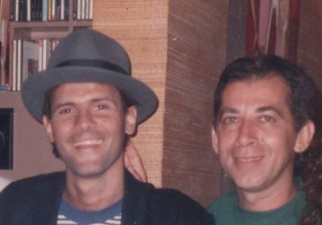Paulinho Lima, à direita, de verde, com Cazuza: uma das inúmeras amizades que fez com artistas / Foto: acervo pessoal do produtor