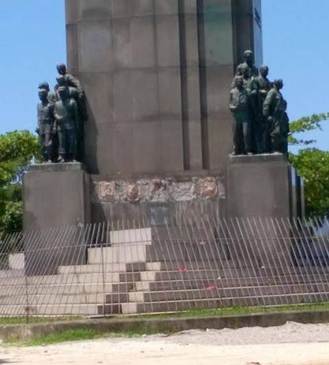 O monumento ao Marechal Deodoro da Fonseca como foi originalmente criado, no alto; e, acima, o estado atual, desfalcado das placas de bronze / Foto: Nelson Moreira