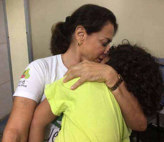 Yvonne Bezerra de Mello com uma das crianças assistidas pelo Projeto Uerê / Foto: reprodução