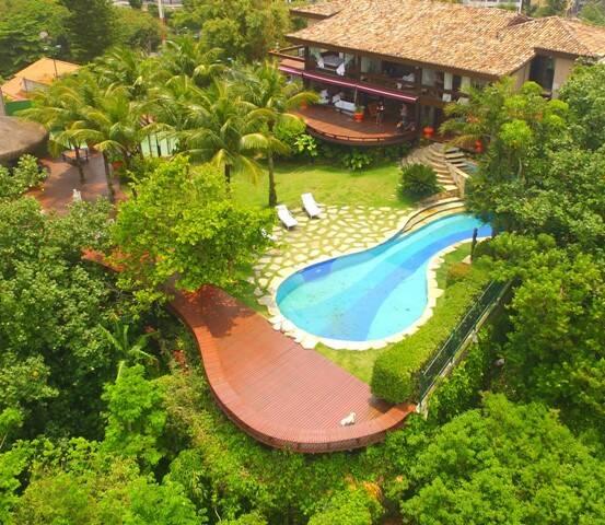 A DJ Camila Peixoto, no alto: acima, visão do hotel onde vai acontecer a festa, com 1600m² de área construída em terreno de 3 mil m² / Fotos: divulgação