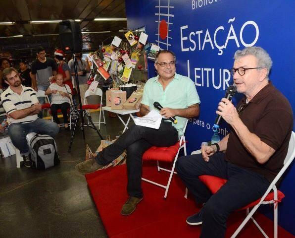 No alto, Claufe Rodrigues, Edney Silvestre e Cristina Oldemburg; acima, o entrevistador e o escritor, na Estação Central do Metrô / Fotos: Marco Rodrigues