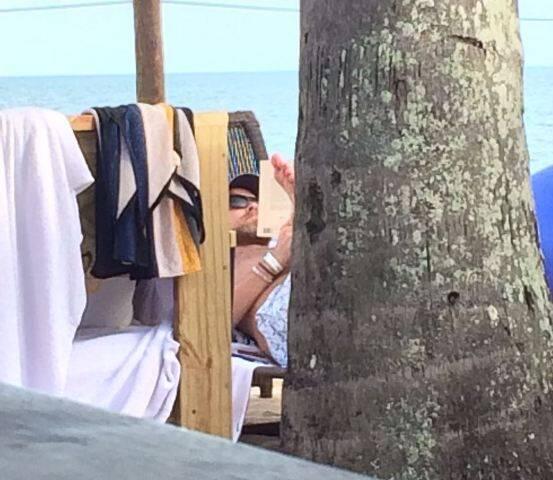 O ator Leonardo di Caprio com amigos, nesta sexta-feira, na Praia do Rio Verde, em Trancoso, na Bahia / Fotos: divulgação