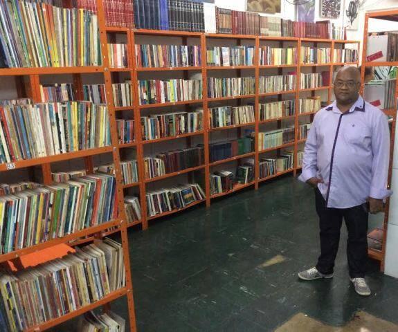 Sebastião Antônio de Araújo, presidente da Vida Real, e a biblioteca que construiu no Complexo da Maré: leilão vai ajudar esse projeto e outros mais / Foto: divulgação