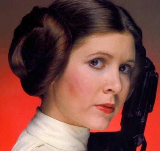 A atriz Carrie Fisher, que morreu nesta terça (27/12), aos 60 anos, no alto; acima, como a princesa Leia, de Guerra nas Estrelas, seu personagem mais conhecido / Fotos: reprodução