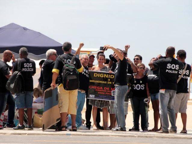 Narcisa, no alto, atravessando as pistas da Atlântica com a empregada Elizabeth; acima, em meio ao protesto dos policiais na orla de Copacabana / Fotos: Agnews