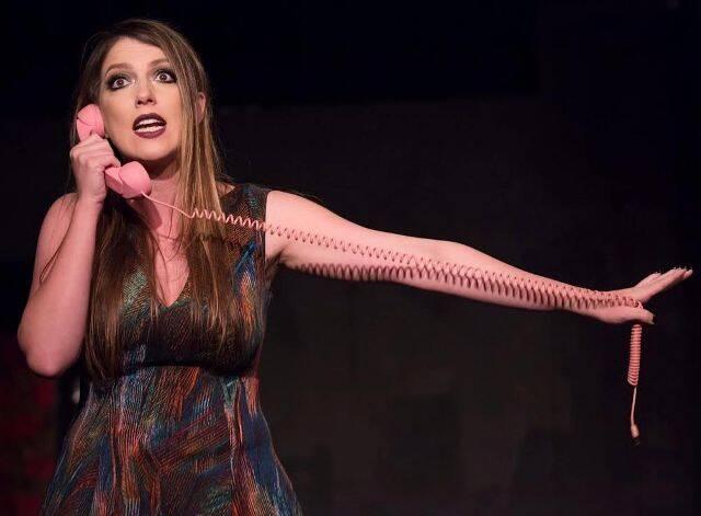 """Julia Melim na peça """"Relationships"""", que ela também dirigiu e que ficou em cartaz em Los Angeles, em outubro, no teatro The Dorie, no Complex Theatres em Hollywood / Foto: divulgação"""