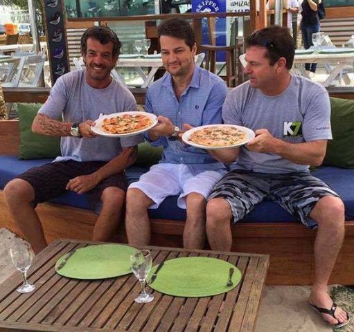 Marcelo Cunha, sócio do quiosque na Praia do Pepê, e os irmãos Marcelo e Alexandre Serrado: pizzaria em família / Foto: divulgação
