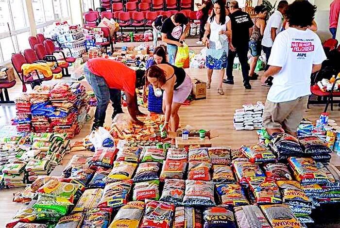 Mais de meia tonelada de doações e cerca de 5 mil cestas básicas já foram distribuídas para servidores e professores através do SindJustiça e SEPE / Foto: Divulgação