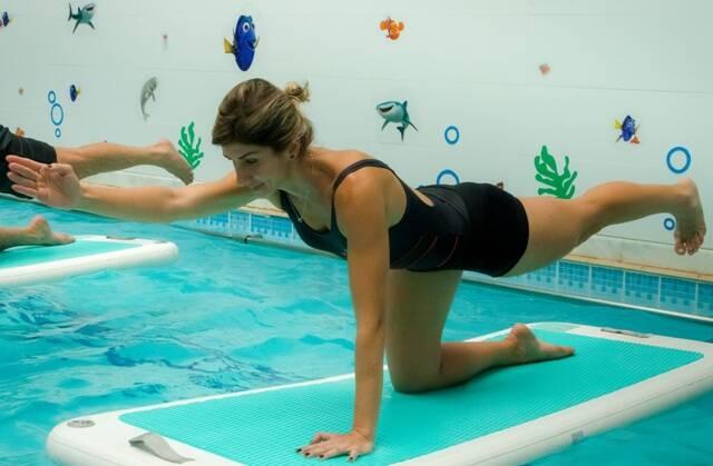 Alunos praticando Waterbase: o treinamento funcional é para quem quer se manter em forma sem sofrer horrores com o verão carioca / Fotos: André Lima