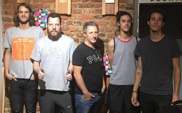 Pedro Tambellini na guitarra; Luciano Strazzer, na voz e letras; Humberto Lanzara na bateria; Frederico Santiago nos teclados; e Ricardo Richaid no baixo: a nova formação da banda Anjos de Vidro / Foto: divulgação