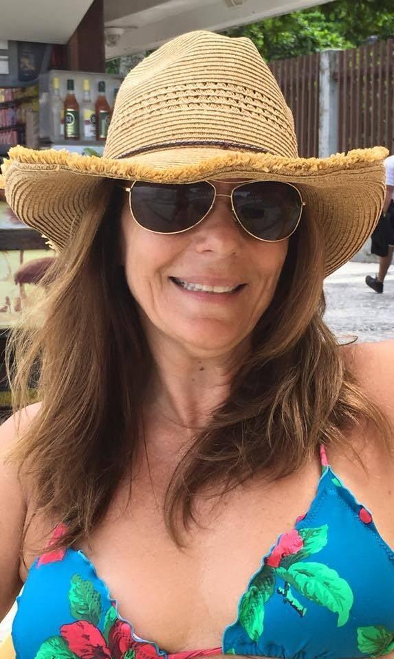 """Patricia Secco; artista plástica rindo, bem antes de ser ameaçada na praia, por pivetes: """"Voltei a morar no Brasil e vivo tensa, estamos jogados no lixo"""", diz ela / Foto: reprodução"""