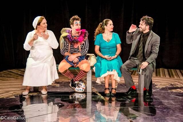 """No alto, a peça """"Até o final da noite""""; nesta foto, a peça """"Um dia qualquer"""" / Fotos: Patrícia Stagi e Caio Gallucci"""