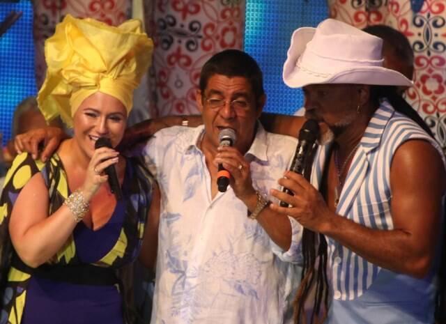 No alto e no meio, Carlinhos Brown com seus figurinos; nesta foto, Carlinhos Brown com os convidaods Maria Rita e Zeca Pagodinho / Fotos: Fred Pontes