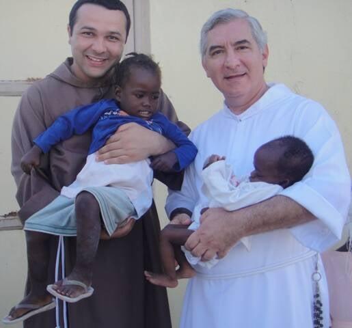 Freis Paulo e Francisco com crianças haitianas: ajuda carioca ainda é muito importante para aquele país do Caribe / Foto: divulgação