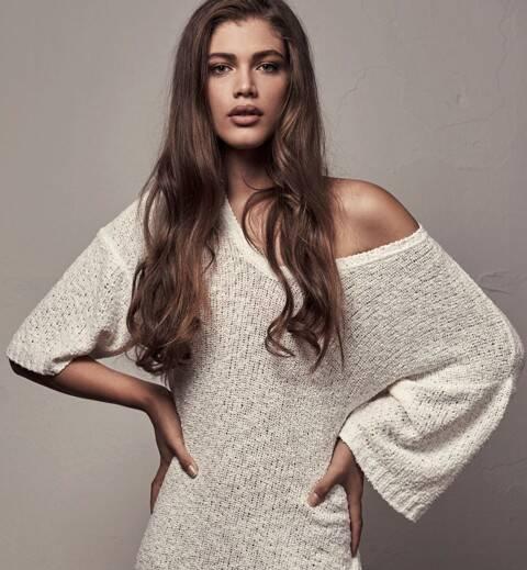 A modelo brasileira Valentina Sampaio na capa da Vogue Paris, no alto, e, acima, clicada pelo fotógrafo Gabriel de Moura / Fotos: divulgação