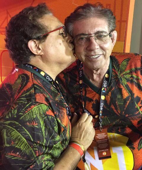 O cirurgião plástico Rômulo Mene dá um beijo no amigo, o médium João de Deus / Foto: divulgação