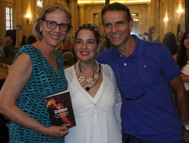 Sylvia Crivella, Vanessa Fontana e Mário Gomes na premiação do concurso de poemas Gritos Contidos / Foto: Divulgação