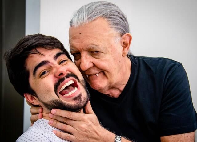 No alto, Claudia Netto como a Madrácula; acima, o diretor da peça, Diego Morais, e Ney Latorraca / Fotos: divulgação