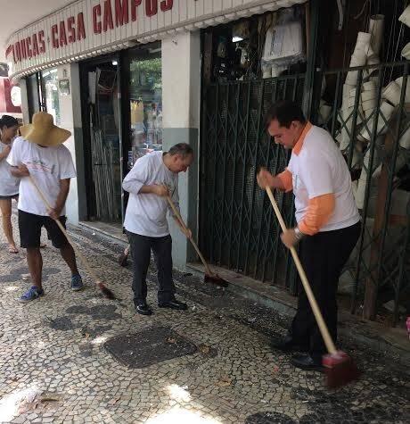 """""""Bloco da Espuma"""": empresários da Dias Ferreira resolveram lavar a rua neste pós-carnaval / Fotos: divulgação"""