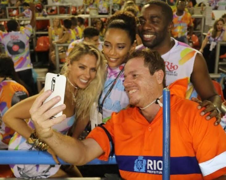 Adriane Galisteu com Thaís Araújo e Lázaro Ramos: convidados do Camarote Quem - O Globo em momento fofura com o gari / Foto: Fred Pontes