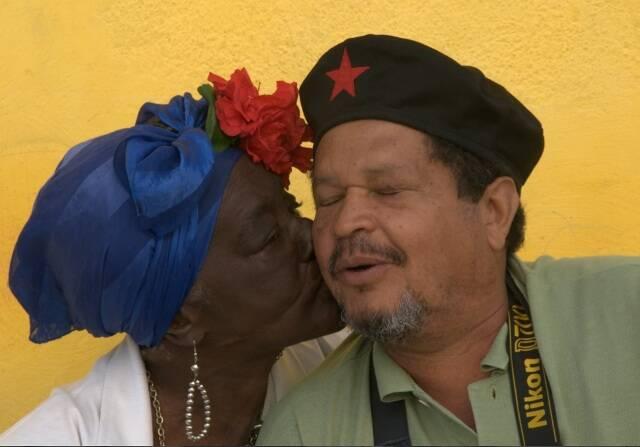 Walter Firmo recebe o beijo de uma senhora cubana: o fotógrafo leva alunos para o país de Raúl Castro em julho / Foto: Inntacta Retina