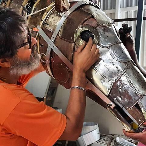 Raimundo Rodriguez dá os últimos retoques no cavalo de lata de São Jorge para a exposição de domingo (23/04), na Zona Portuária / Foto: reprodução