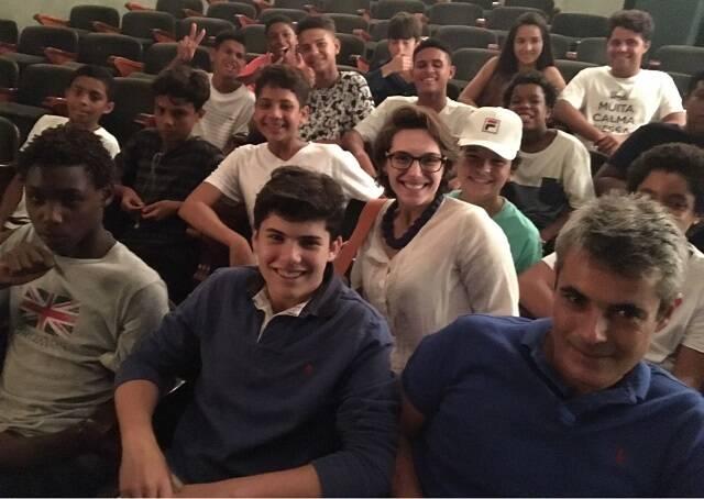"""Tonia Casarin levou seu grupo de alunos de uma ONG do Vidigal para assistir """"Renato Russo - o musical"""", no Teatro das Artes, no Shopping da Gávea"""
