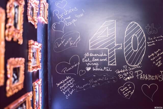 No alto, Joanna Lowndes com o marido Guilherme Furtado; embaixo, a aniversariante na pista de dança. Em seguida, o vocalista da banda Go Johnny's. Nesta foto, as mensagens de parabéns escritas pelos convidados / Fotos: divulgação