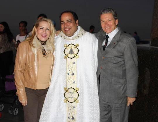 No alto, o Cristo Redentor iluminado de verde pelo Glaucoma; nesta foto, Isis Penido, padre Omar e Fernando Bicudo / Fotos: Sebastião Marinho