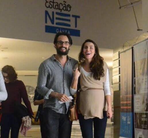 Rodrigo Santoro e Mel Fronckowiak: com a gravidez no sexto mês o casal passeia por um dos cinemas do Shopping da Gávea / Foto: Delson Silva dos Santos/AGNews