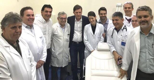 O prefeito Marcelo Crivella, junto a equipe médica do Hospital Universitário Gaffrée e Guinle, nesta manhã / Foto: divulgação