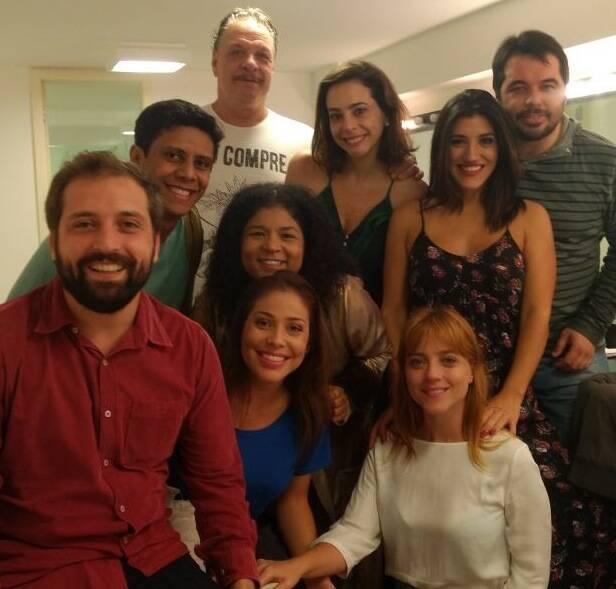 Na foto, Gregório Duvivier, Ernani Moraes, João Marcello Pallotino e o elenco da peça / Foto: Renata Campos