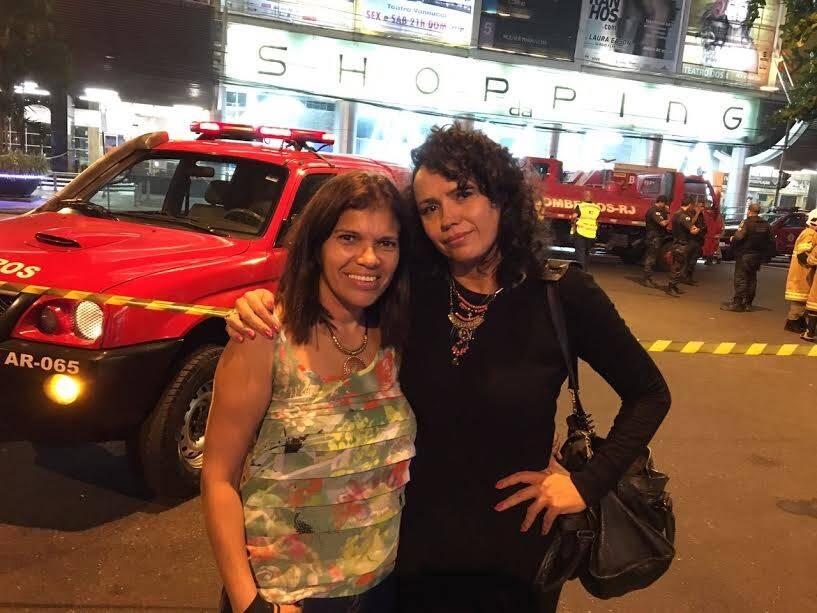 """Dadá Coelho: no alto, a humorista que está com a peça """"Corta"""", sucesso total de público, no Teatro Clara Nunes, que foi chorar na porta depois do incêndio; nesta foto, Dadá, que representa uma manicure na ficção e a Lourdes, manicure da vida real / Fotos: Lu Lacerda"""