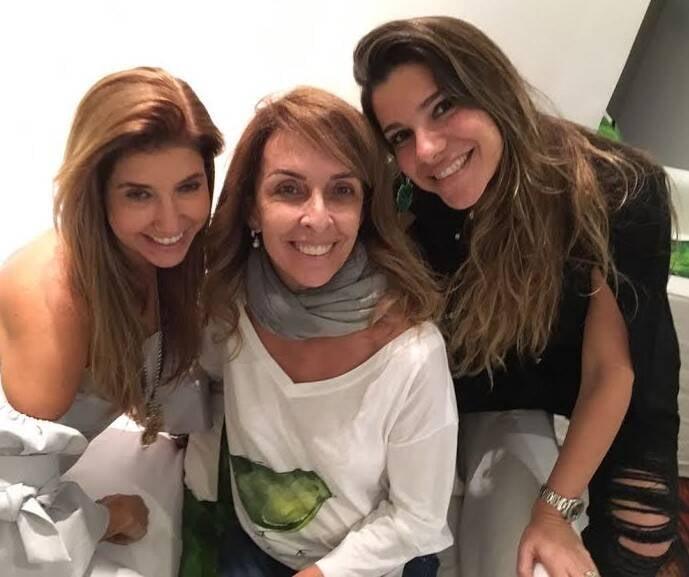 Rita Lessa, artista plástica mineira, fez uma sexta-feira (29/06) de vendas na casa de Lenny Niemeyer, na Lagoa, em parceria com Rosana Bernardes. A primeira, principalmente, com objetos de decoração inspirados nas bananeiras; a segunda, bijus e roupas de couro.