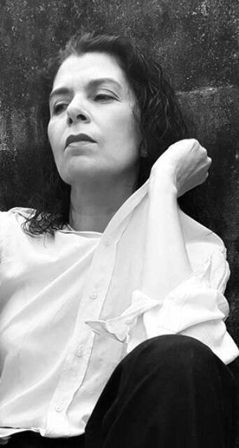 """Catia Goston numa cena do curta """"Bebendo com Bukowski"""", baseado em peça escrita por ela própria e filmado no Gabinete Cultural Guilherme Araújo, em Ipanema / Foto: divulgação"""