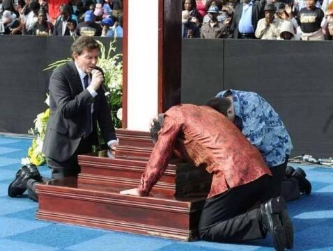 Marcelo Crivella: o prefeito em um momento de oração – os cariocas também andam rezando muito: rezam pra sair, rezam pra voltar…. Foto: reprodução Facebook