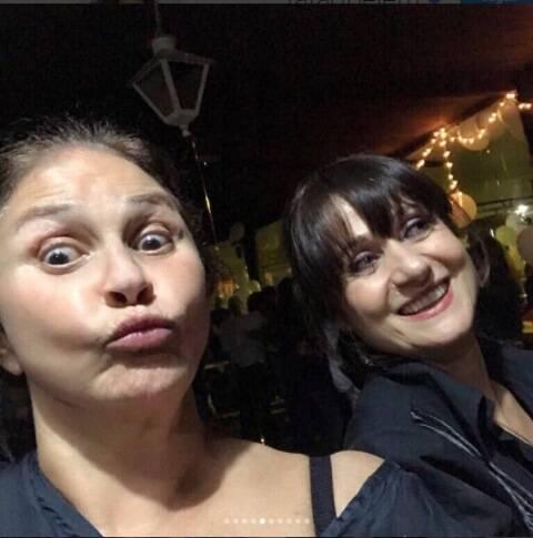 """Fafá de Belém com Juliana Paes, no alto, e com Zezé Polessa, na festa, nessa quinta, do capítulo 100 da novela """"A força do querer"""" / Fotos: Instagram"""