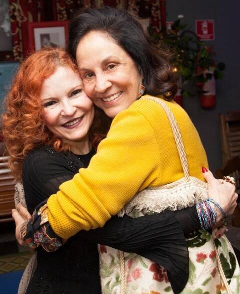 Lucia Menezes com Ana de Holanda, no alto; ao lado de Jane Rose Klarnet, no centro; e num abraço com Stella Miranda, acima / Fotos: Alexandre Moreira