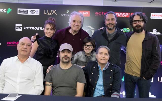 o-elenco-do-filme-com-os-produtores-paula-barreto-e-romulo-marinho-jr_k9a0684