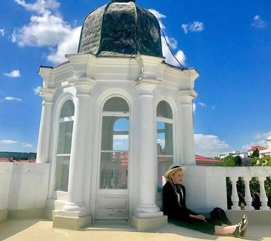 No alto, foto de Madonna com a camisa do time português Benfica; acima, uma das várias fotos que a cantora vem postando de Portugal / Fotos: reprodução