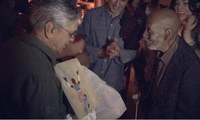 Caetano Veloso e Nelson Sargento: o aniversariante recebe do sambista um quadro de sua autoria - o presente que ele queria / Foto: reprodução