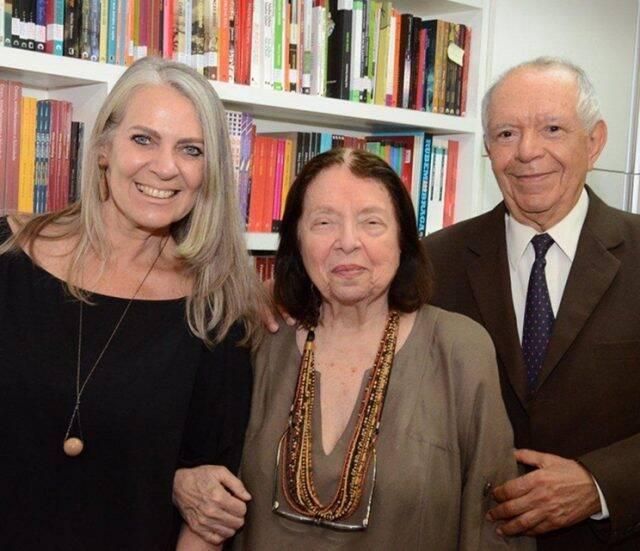 Nélida Piñon entre Cristina Oldemburg e Antonio Torres – noite de autógrafos em biblioteca popular